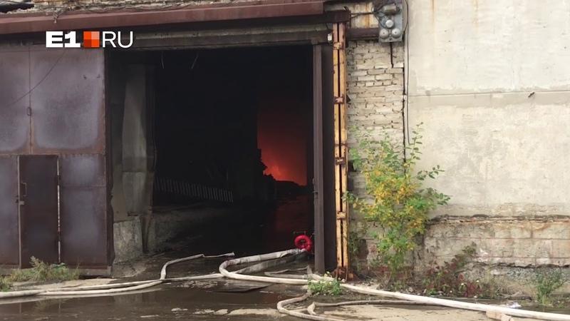 В Новоуральске загорелся бывший автомобильный завод