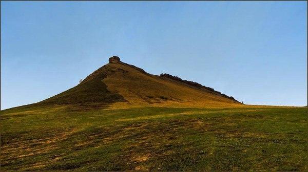 Одно из самых загадочных мест Хакасии — горная гряда Сундуки, которая тянется в Ширинском и Орджоникидзевском районах. Урочище Сундуки называют Сибирским Стоунхеджем. До сих пор гадают что это: