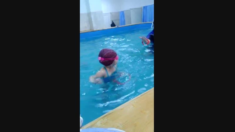 Кроха Анюта (2,8 года) смело ныряет с плотика.
