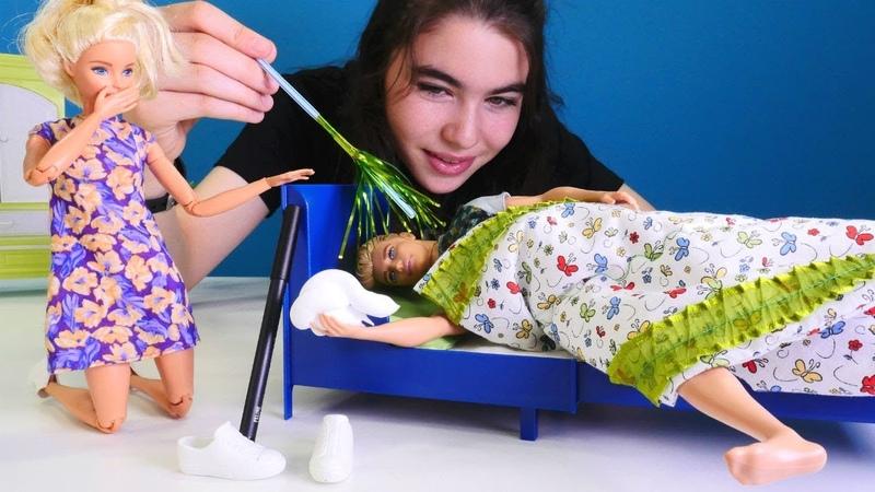 Barbie Kene uykusunda şaka yapıyor. Kız oyuncakları