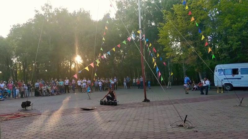 Узбекские канатоходцы Лачин в Караганде Мавланбек Аскаров с силовыми номерами выступления
