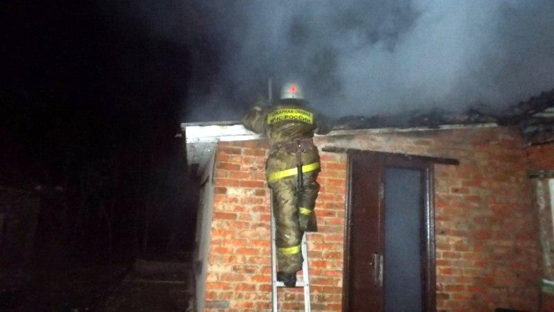 В Кардоникской пожар повредил кровлю дома