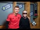 Тони Кроос помогает слепому мальчику визуализировать его лицо