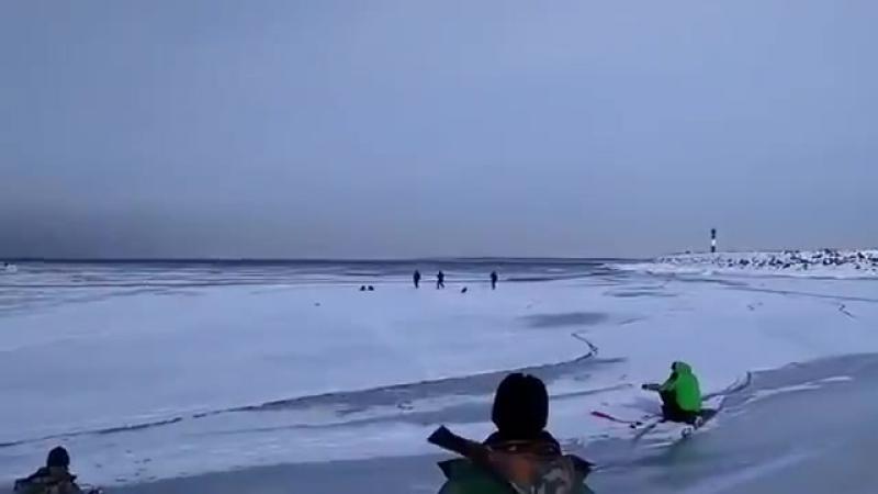 Рыбаки убегают от волны которая ломает лед