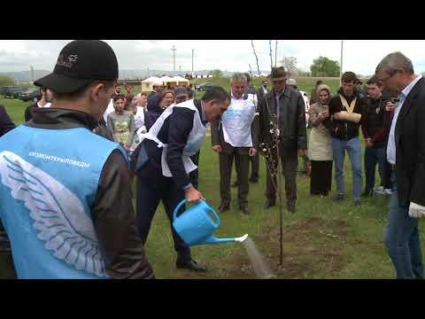 Юнус-Бек Евкуров посадил молодую сливу в рамках акций Зеленая весна-2018 и Вода России