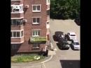 В Новокузнецке мужчина удерживает заложников