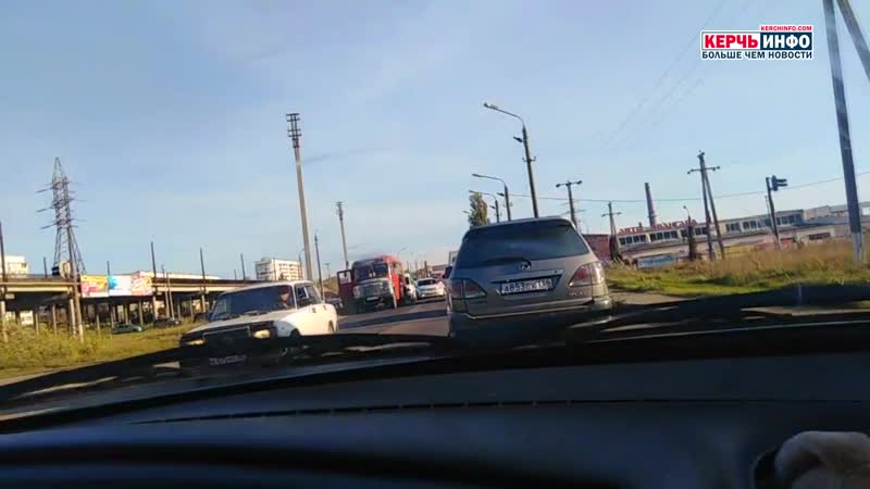Авария на железнодорожном переезде в Керчи спровоцировала большую пробку на дороге