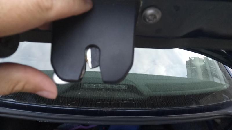 кнопка открытия защелки (замок крышки багажника) Поло седан