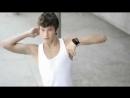Молодой симпатичный парень классно танцует тектоник