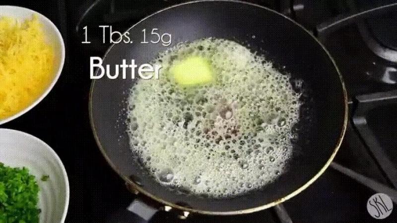 Утренний бутерброд (сандвич 😜). Бекон после обжарки выложить на сковородку, где немного меда смешано с соевым соусом.