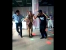 Круто танцуют