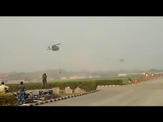 Трое индийских военных упали с вертолета во время репетиции парада