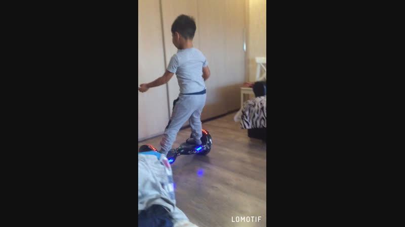 Малой научился на гироскутере