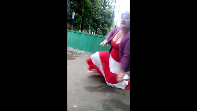 Пьяная баба ебанулась Уличные драки RU