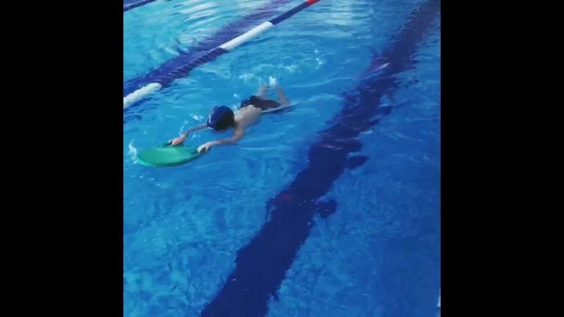 Тренировка детей с досками для плавания.