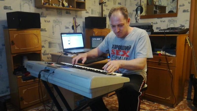 Соло-гитарист группы Рваный Шёпот лабает на клаве