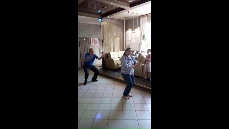 Шуточные танец Яблочко на юбилее Володи в кафе