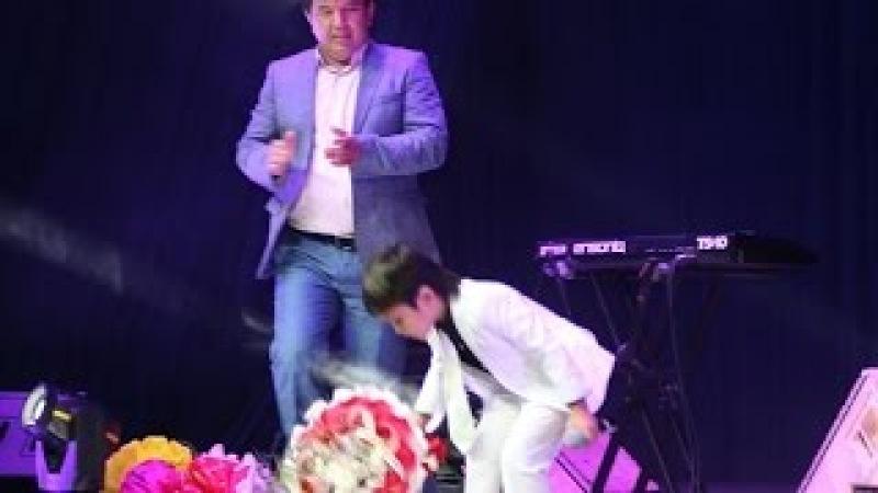 Узбекский мальчик Журабек Жураев на сцене поет песню Шатунова Седая Ночь