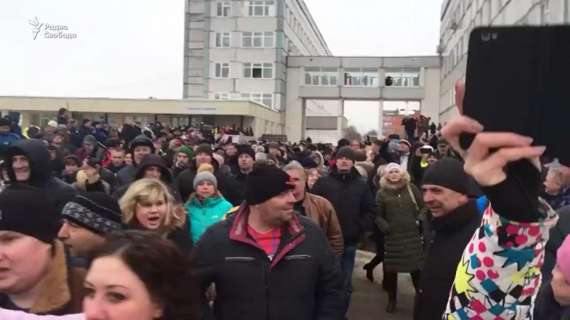 Губернатор Московской области единоросс Воробьев убегает от жителей Волоколамска под прикрытием охраны