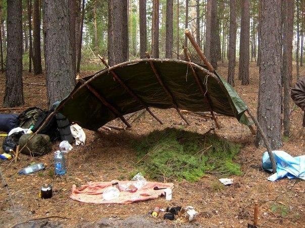 7wkfxXGRX U - Делаем простейшее укрытие в лесу для трех человек