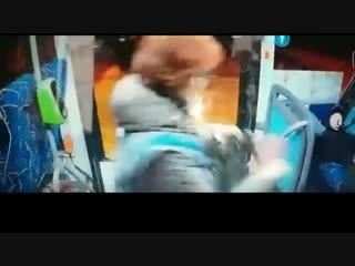 Бил что есть женщину-контролера и пассажира нокаутировали в автобусе
