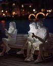 Чтобы подчеркнуть нашу одержимость телефонами…
