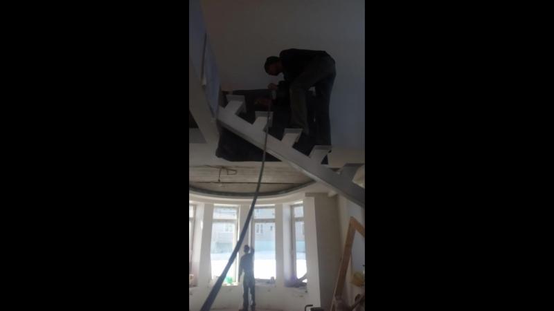 покраска металлического каркаса лестницы на центральном прямом косоуре с применением Ленинградской краски белый мат👌👌👌
