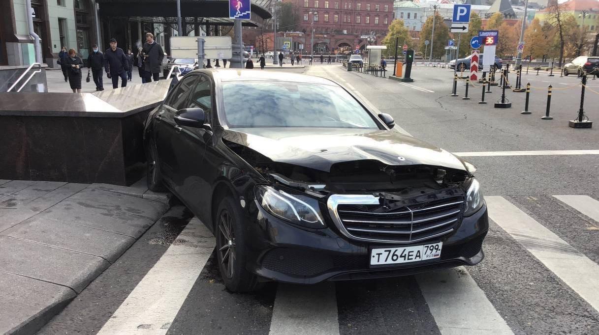 Утром на Петровке была авария с участием каршеринга.