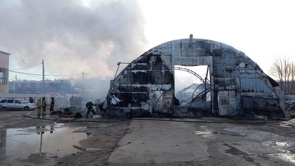На улице Зеленхозовская горел склад. Из-за огня об...