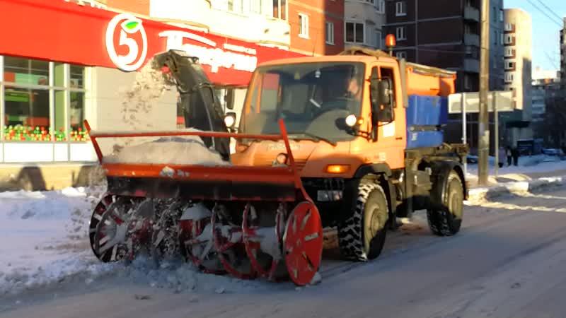 Уборочная техника на улице Щербакова 13 01 2019 кидает грязный снег на газон
