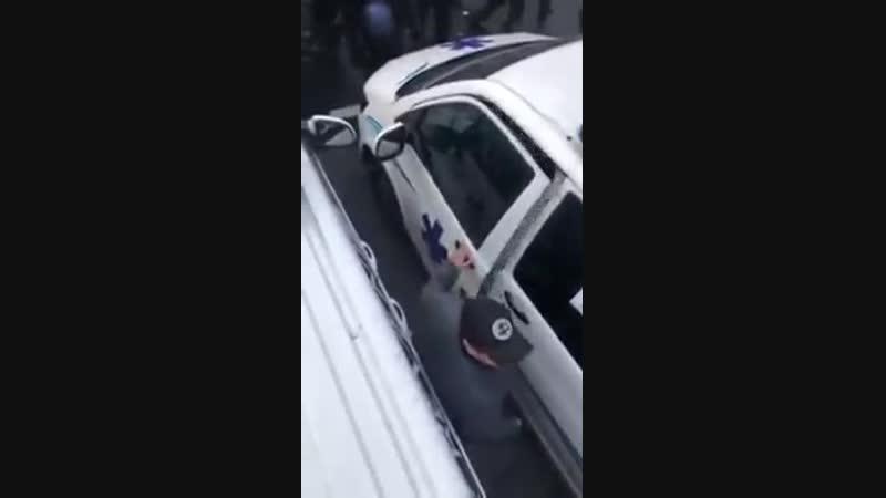 Les CRS essaient denlever les ambulances. Dautres ambulanciers viendraient en renfort